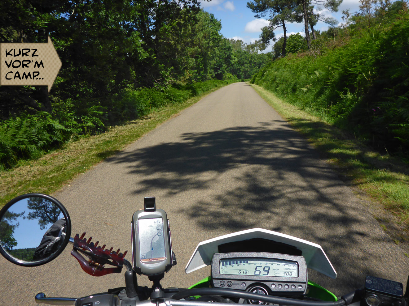 Motorrad auf der Nebenstraße