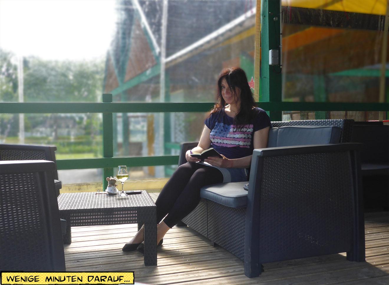 Svenja liest und trinkt Wein
