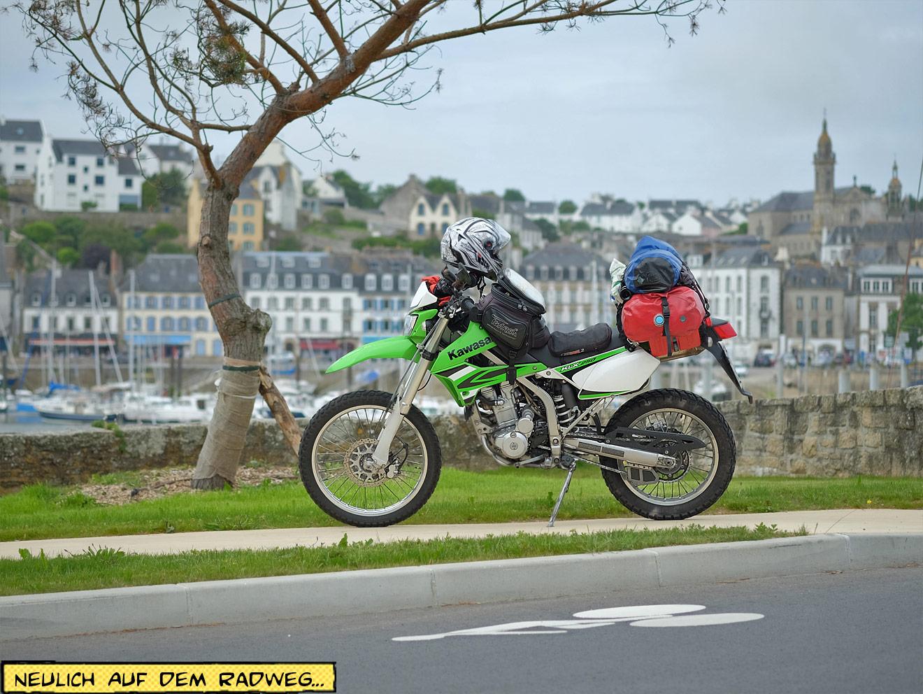 Motorrad steht auf dem Radweg