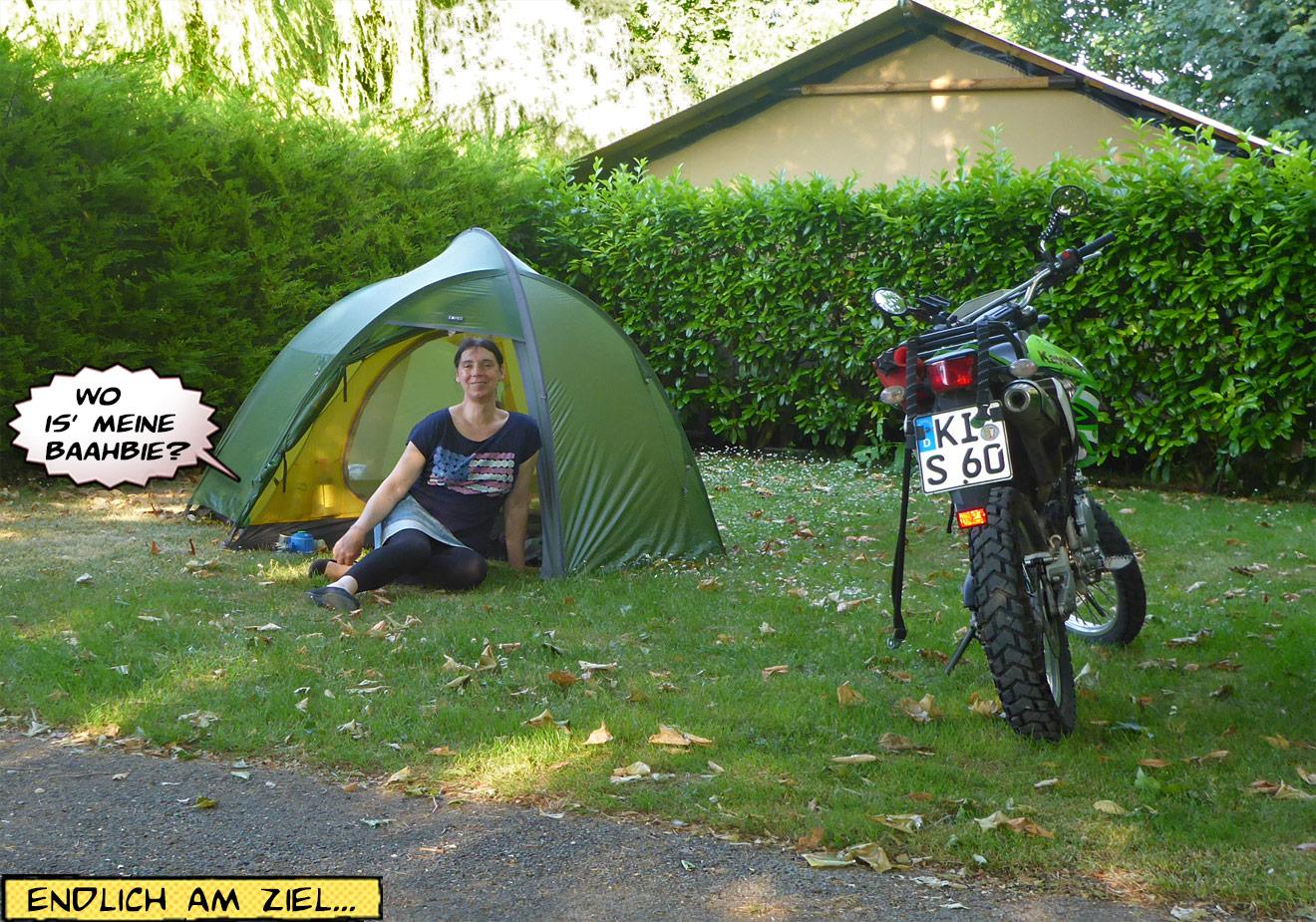 Zelt und Motorrad im Schatten