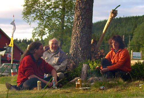 Walter, Werner und Svenja am Lagerfeuer in Hovin