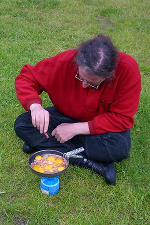 Werner brät Speck und Eier