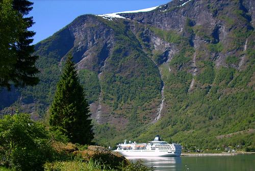 Blick auf den Fjord mit Kreuzfahrer