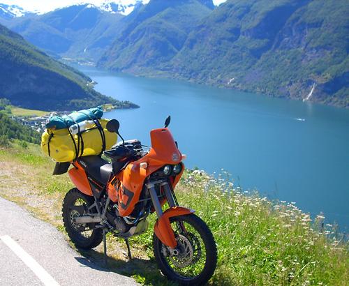 Blick vom Snovegen auf den Fjord