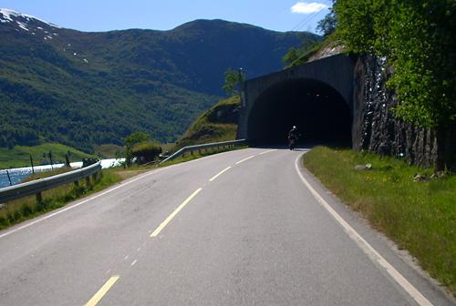 Tunneleinfahrt in Norwegen an einem Fjord