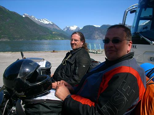 Werner und Markus warten auf die Fähre