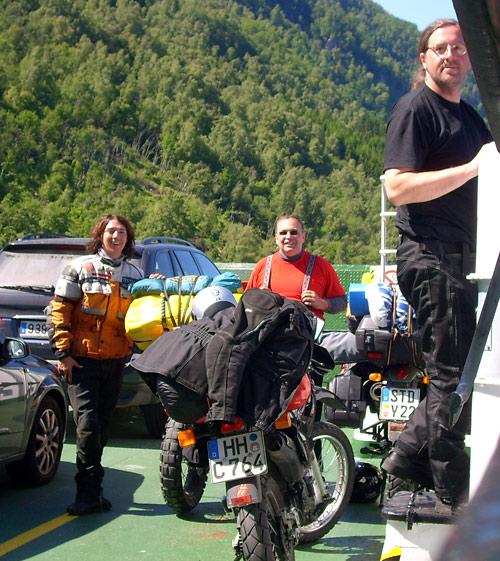 Drei Enduros auf der Fähre über den Fjord