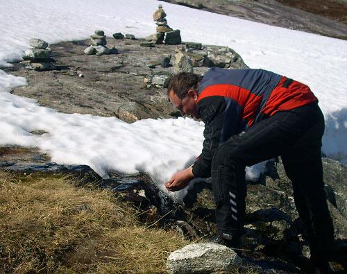 Markus trinkt das Wasser auf dem Trollstigen