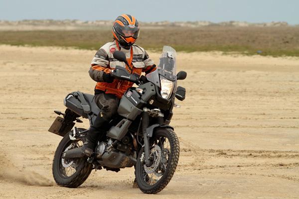 Svenja Svendura auf Yamaha XT660 Tenere beim Endurowandern am Strand