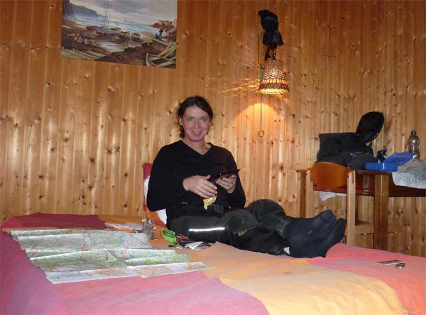 Svenja auf dem Bett im Hotel du Tunnel