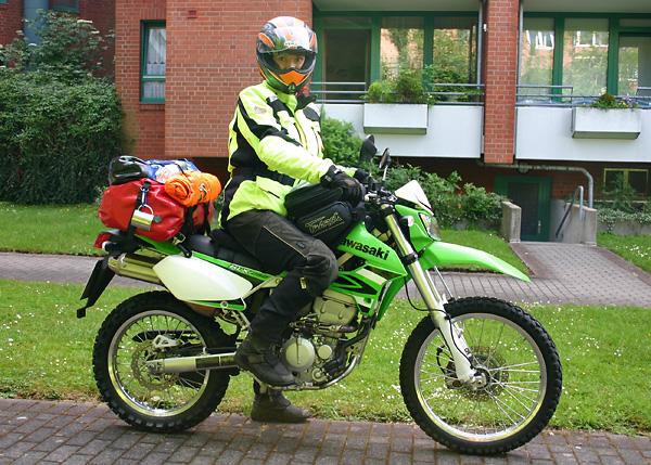 Svenja Svendura KLX250 mit Gepäck nach Schottland