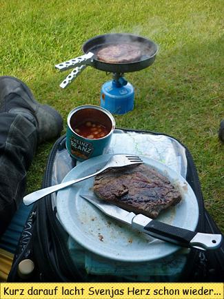 Steaks braten am Zelt