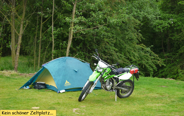 Zelt und Enduro Motorrad