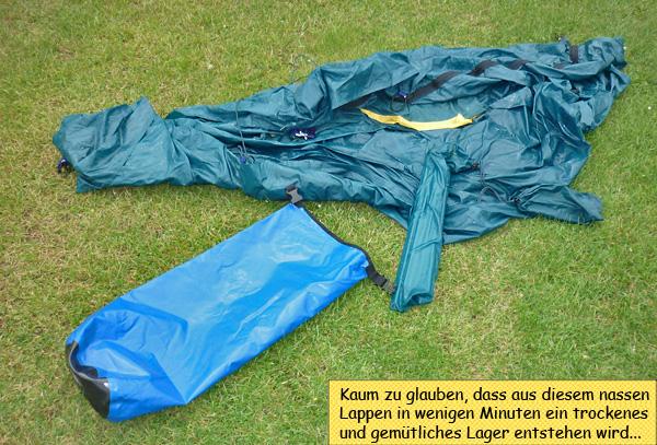 Vom Regen nasses Zelt im Gras