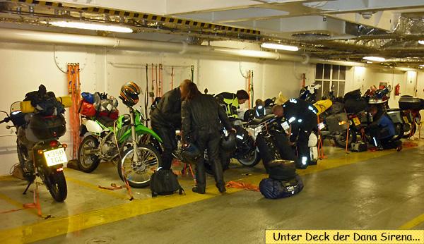 Unter Deck Fähre Dana Sirena Motorrad