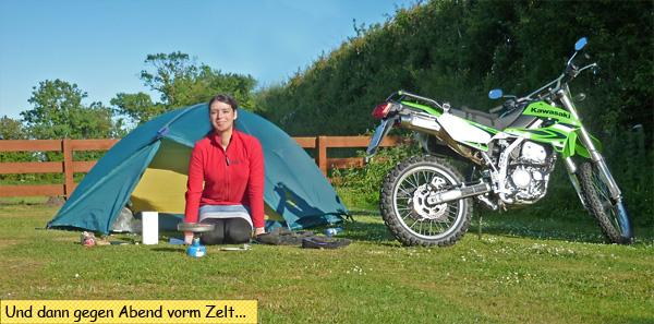 Motorrad und Zelt auf dem Campingplatz
