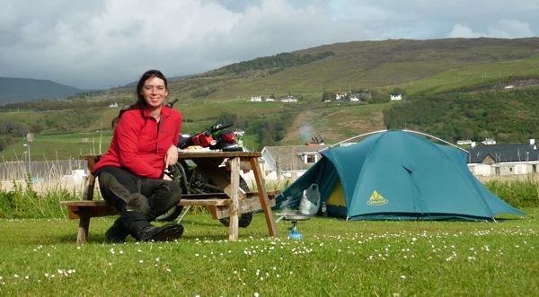 Svenja mit Zelt und Motorrad auf Skye Uig Campsite