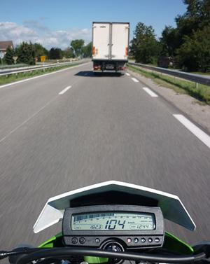 Mit der KLX250 auf der Autobahn in Frankreich