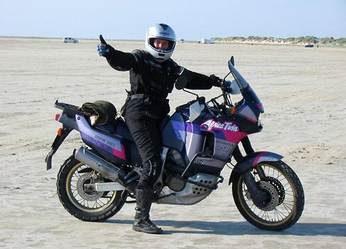 Claudia mit der Honda Africa Twin am Autostrand