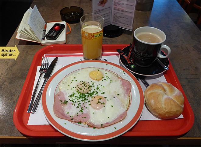 Spiegeleier und Speck Frühstück Orangensaft Kaffee