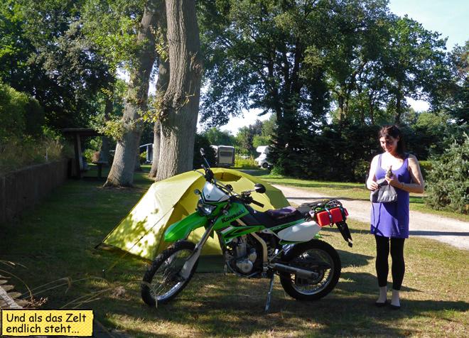 Zelt und Motorrad in der Sonne