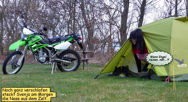 Svenja schaut aus dem Zelt