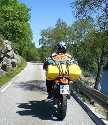 Motorradtour auf einer Nebenstrecke am Fjord in Norwegen