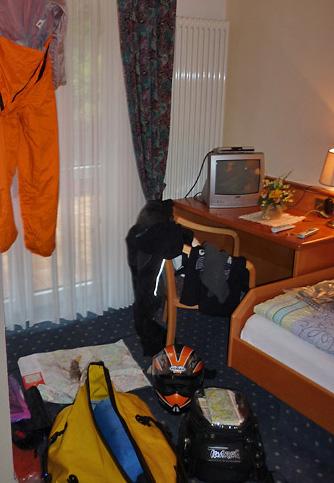 Hotelzimmer mit nassen Motorradsachen