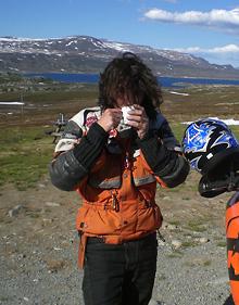 Svendura trinkt Kaffee beim Endurowandern auf dem Fjell