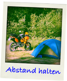 Enduro neben dem Zelt