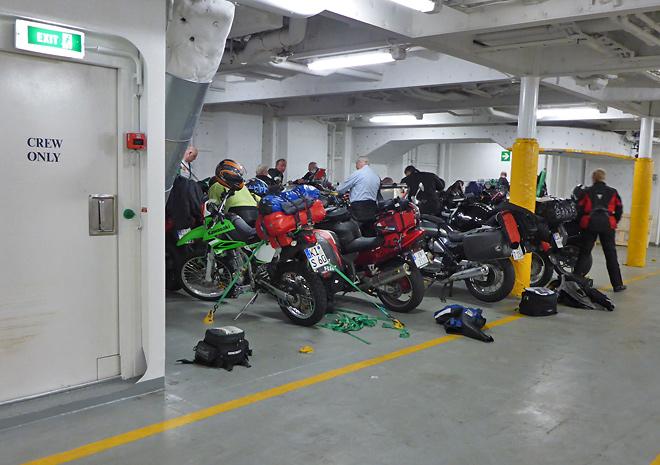 Motorrad unter Deck auf der Fähre
