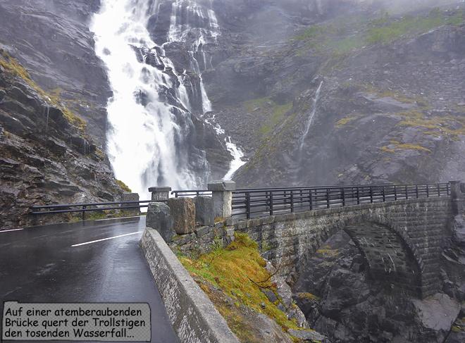 Brücke über den Wasserfall Stigfossen am Trollstigen in Norwegen