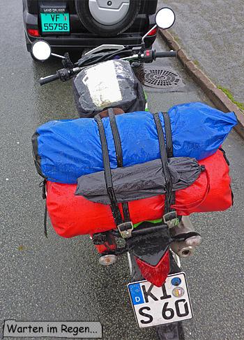 Motorrad im Regen mit Gepäck