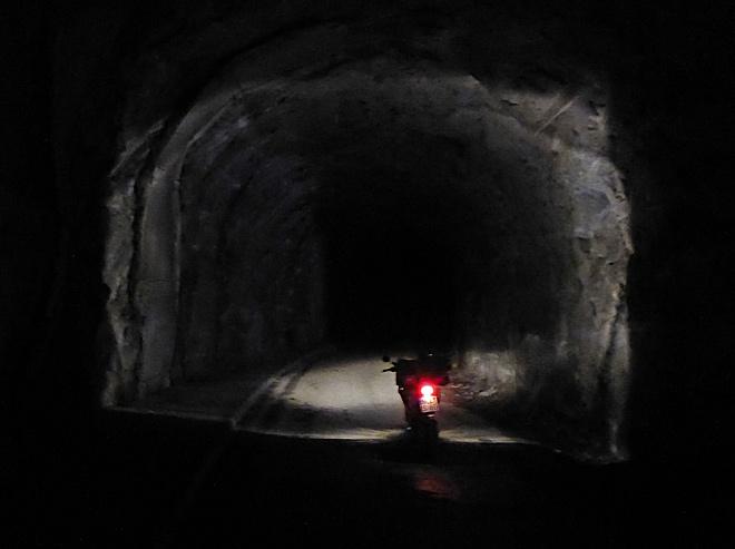Enduro offroad im Tunnel
