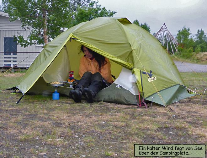 Svenja und Pieps im Zelt in Norwegen