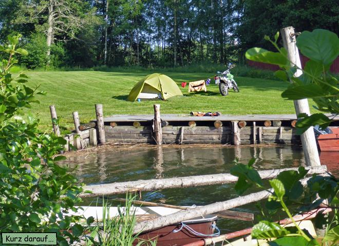 Motorrad und Zelt am Wasser
