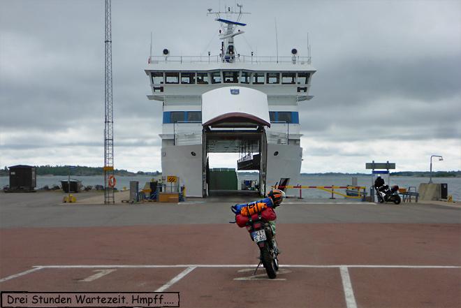 Motorrad wartet an der Fähre