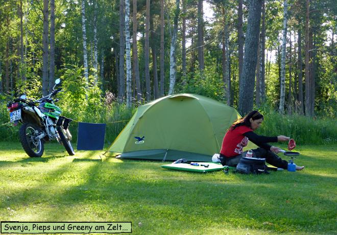 Camping vorm Zelt kochen