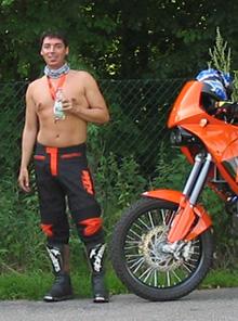 Svenja mit nacktem Oberkörper neben ihrer KTM