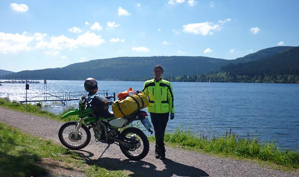 Svenja mit dem Motorrad am Schluchsee