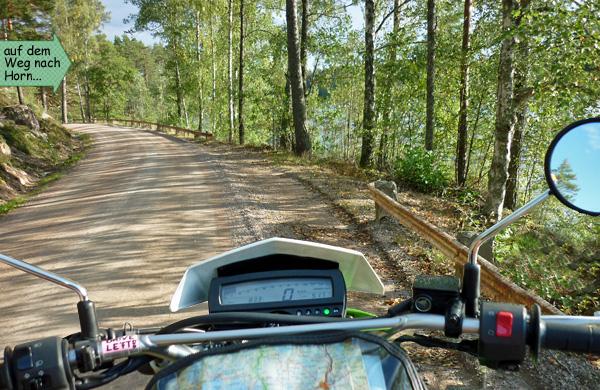 Schotterpiste durch den Wald in Schweden