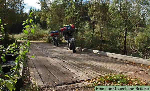 Endurowandern an einer Holzbrücke in Schweden