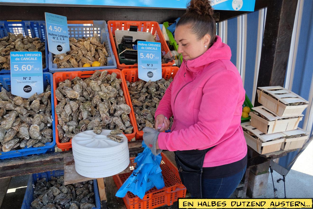 Frau schneidet Austern auf